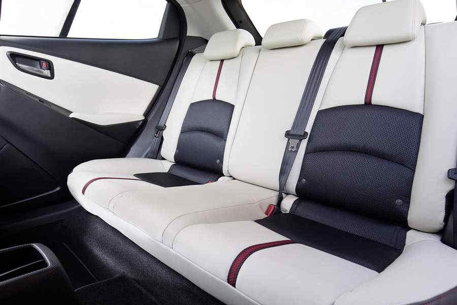 Mazda2_2015_interior_14