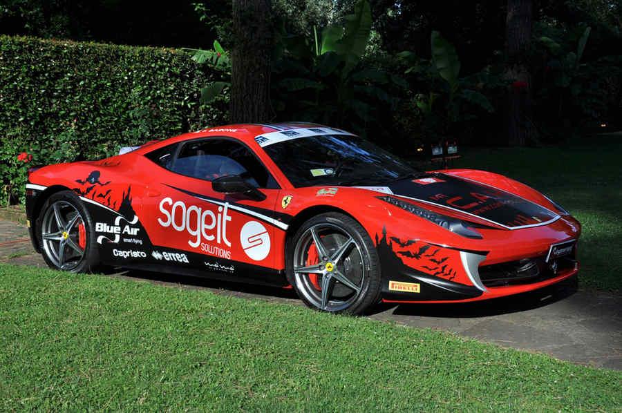 Photo of Fabio Barone sulla Ferrari 458 Italia sfida velocità da Guinness World