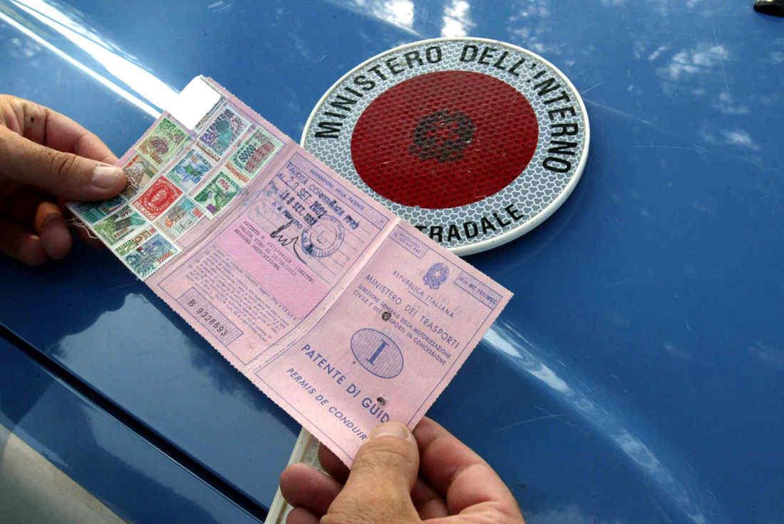 Vecchia patente di guida in formato cartaceo stoffa / scadenza