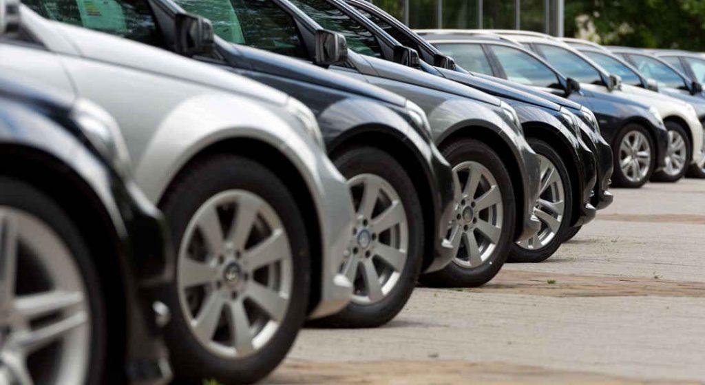 foto con cerchi in ilega auto schierate in parcheggio