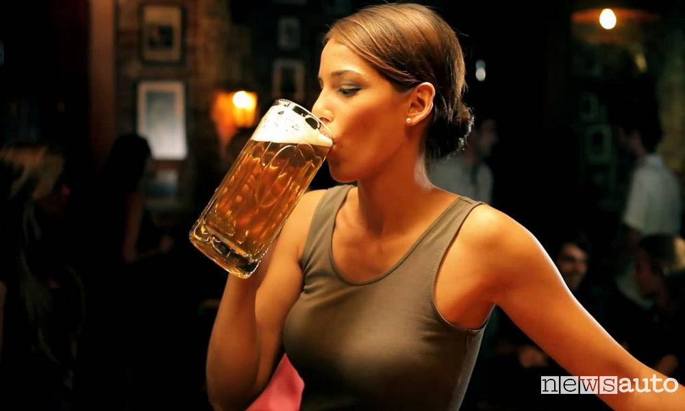 Donna che beve birra se esagera può superare i limiti previsti dalla legge quando si è alla guida