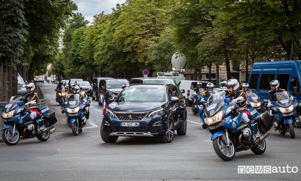 Photo of Presidente Macron su Peugeot 5008