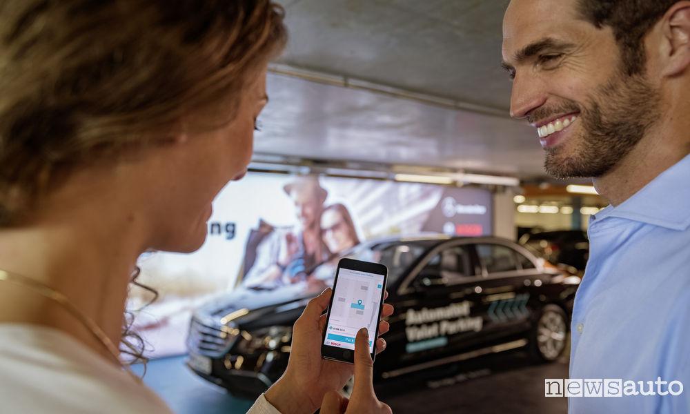 Parcheggiare l'auto con l'app dal telefono smartphone: parking Pilot di Mercedes-Benz