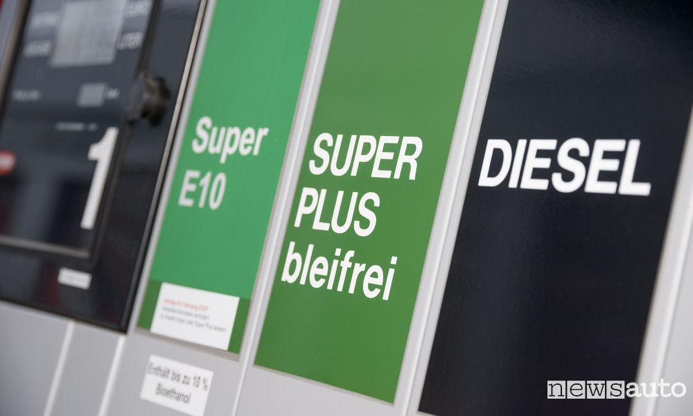 Pompe benzina diesel, super plus e super E10 ma anche colonnine per la ricarica di auto elettriche.