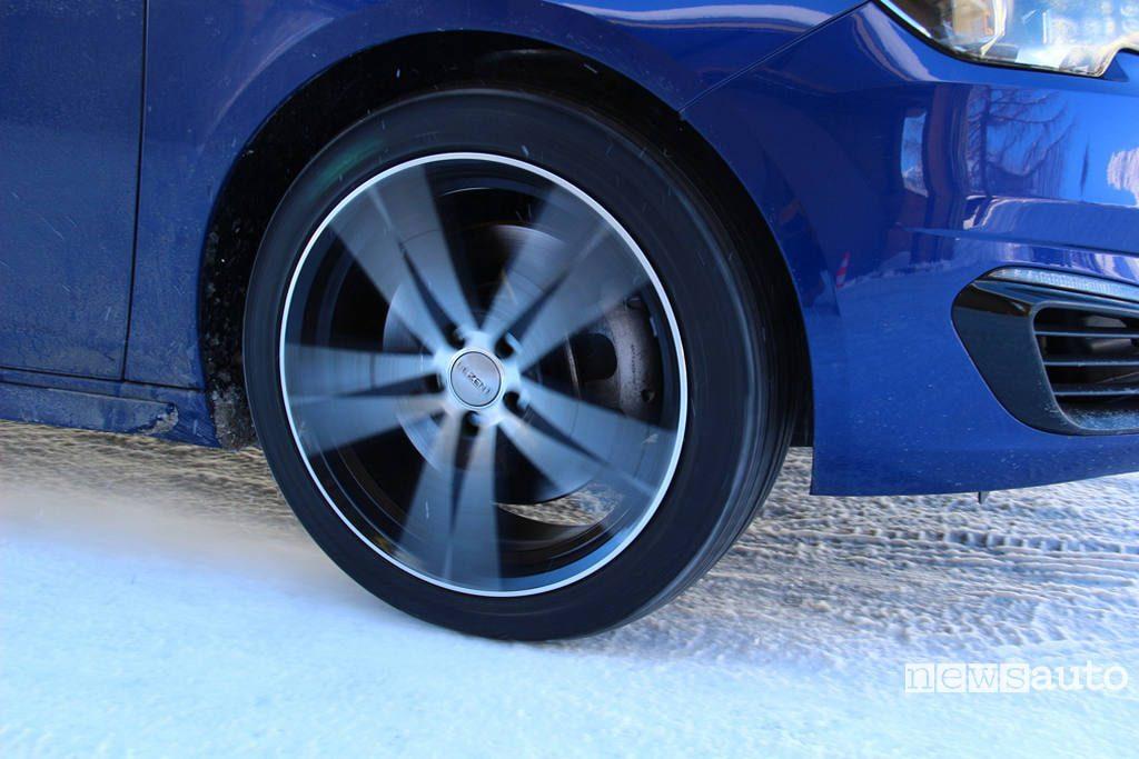 Test pneumatici invernali accelerazione su neve particolare del pneumatico