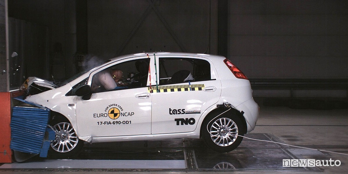 crash test fiat punto bocciata zero stelle euro ncap. Black Bedroom Furniture Sets. Home Design Ideas