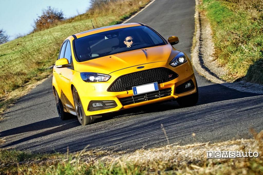 Paraurti anteriore Ford Focus 2017 e fari