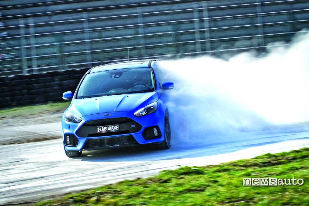 Ford Focus RS 350 CV in drift su terra con Graziano Rossi
