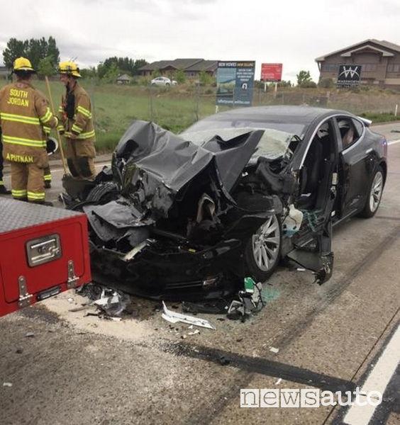 Incidente Tesla contro un camion