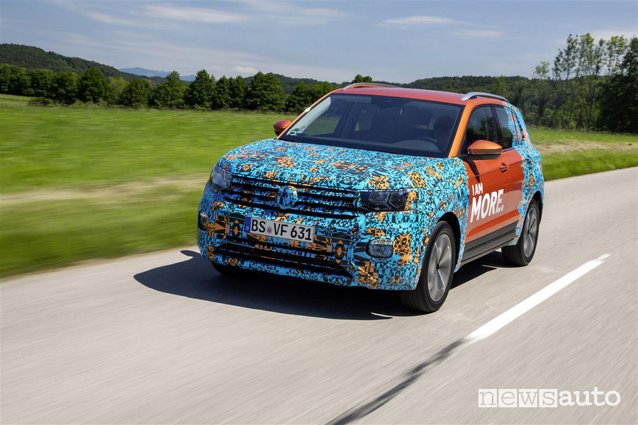 Vista di profilo VW T-Cross livrea camouflage