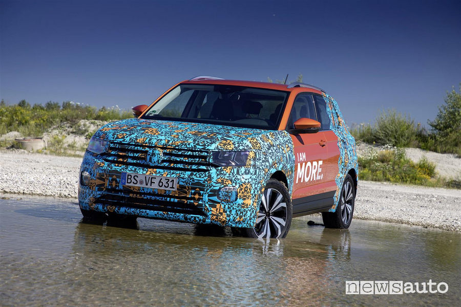 Vista frontale VW T-Cross livrea camouflage