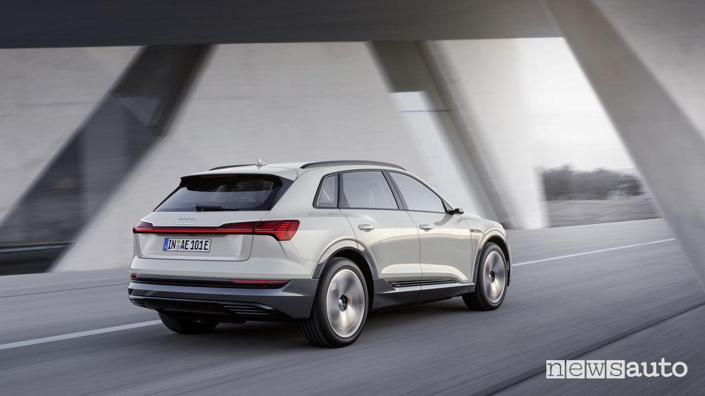 Audi e-tron beige, vista posteriore