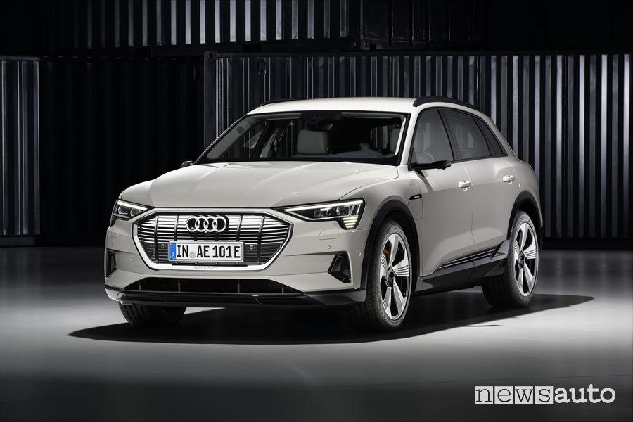 Audi e-tron beige, vista di profilo