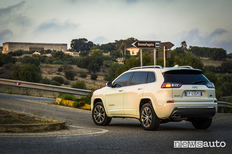 Nuova_Jeep Cherokee Overland 2019, vista posteriore