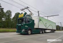 Truck Scania elettrico su un autostrada elettrificata