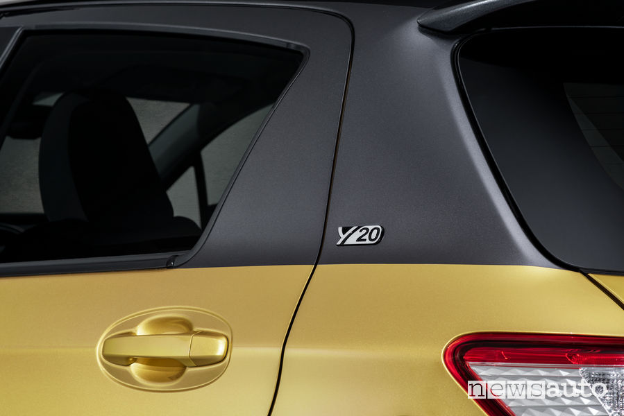 Toyota Yaris modello speciale Y20, logo celebrativo