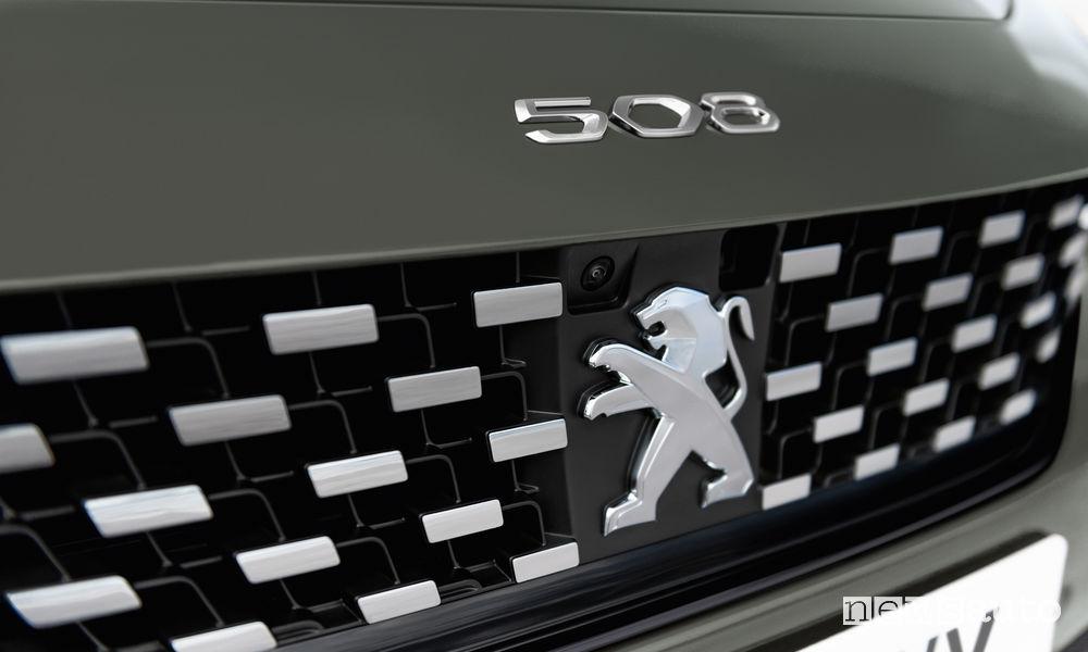 Peugeot_508 SW First Edition, griglia anteriore con la telecamera incastonata nel Leone