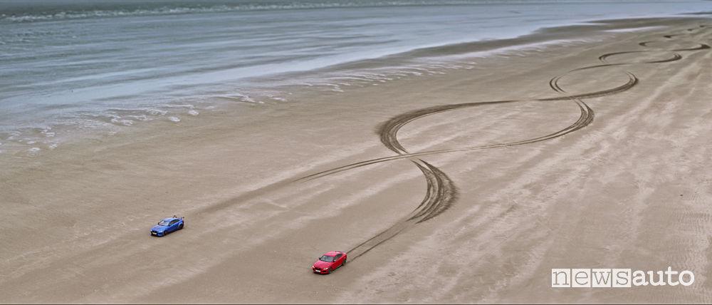 Jaguar XE 300 Sport e XE SV Project 8 doppia elica sulla spiaggia