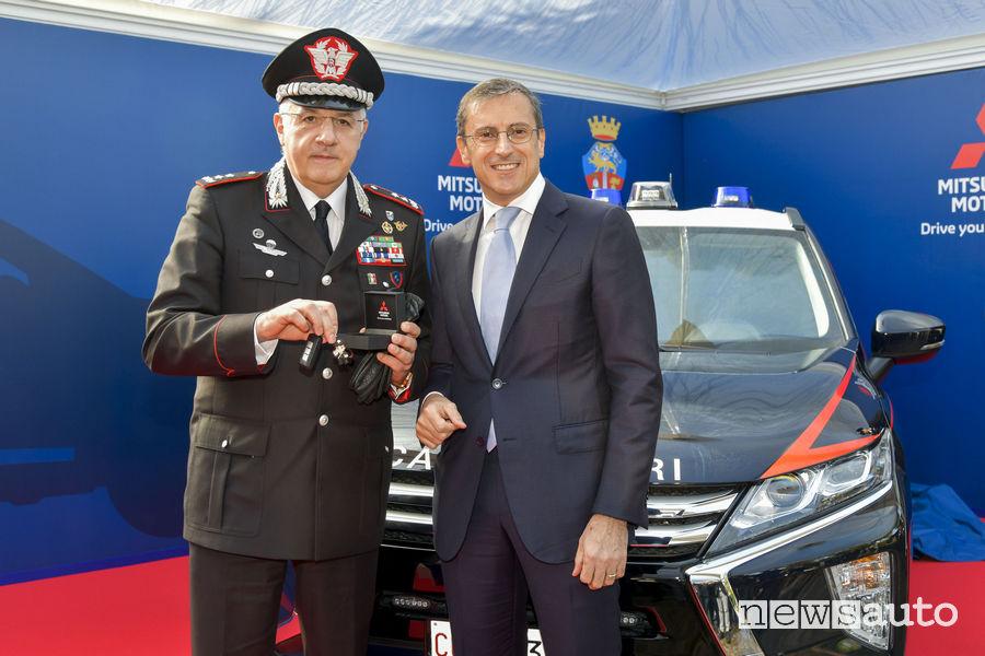 Luca Ronconi (Mitsubishi Italia) consegna le chiavi dell'Eclipse Cross al Comandante dei Carabinieri Giovanni Nistri
