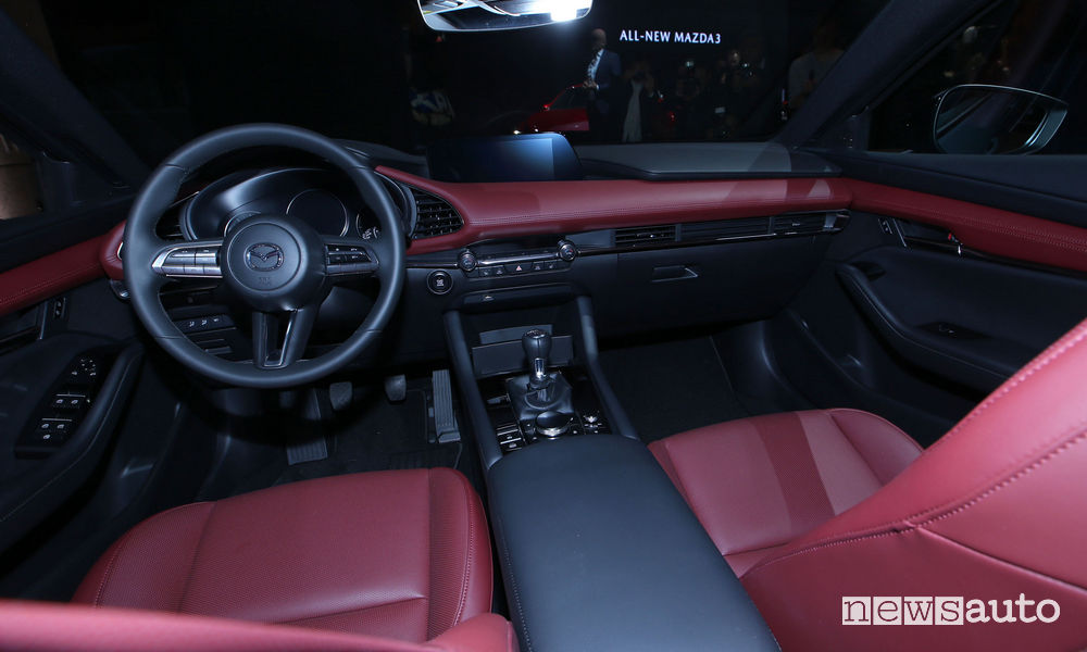 Nuova_Mazda3 hatchback abitacolo al Salone di Los Angeles 2018
