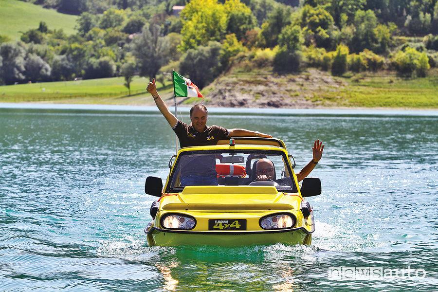 Giovanni Mancini e Giorgio Rosato sul Suzuki Jimny Dutton Surf 4x4 anfibio salutano durante la navigazione sulle acque del Lago del Turano (RI)