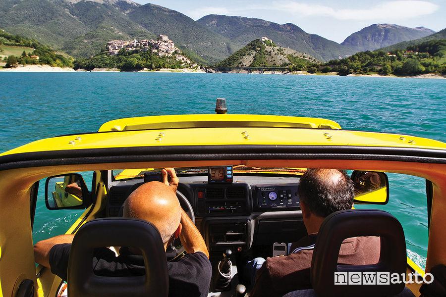 Suzuki Jimny Dutton Surf 4x4 anfibio in navigazione nel Lago del Turano (RI)