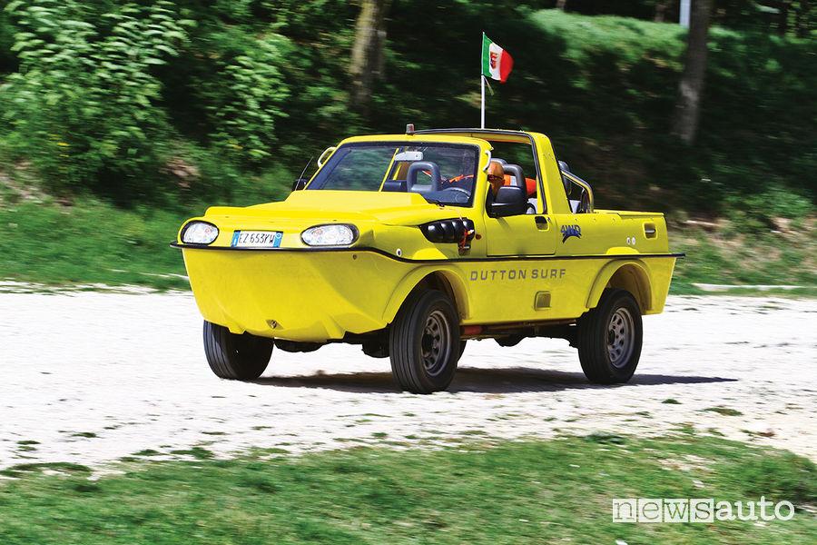 Auto anfibia Suzuki Jimny Dutton Surf 4x4 mentre viaggia su strada