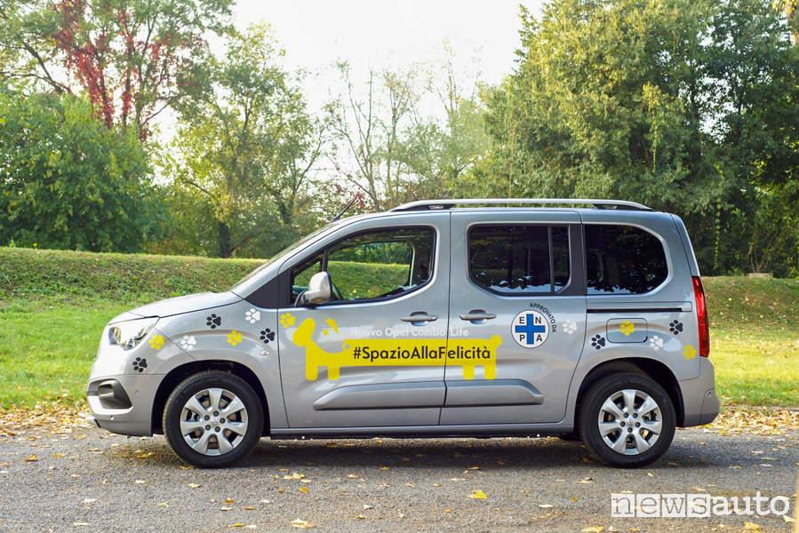 Auto ideale per per cani è l'Opel Combo Life che ha accessi facilitati per gli amici a 4 zampe.