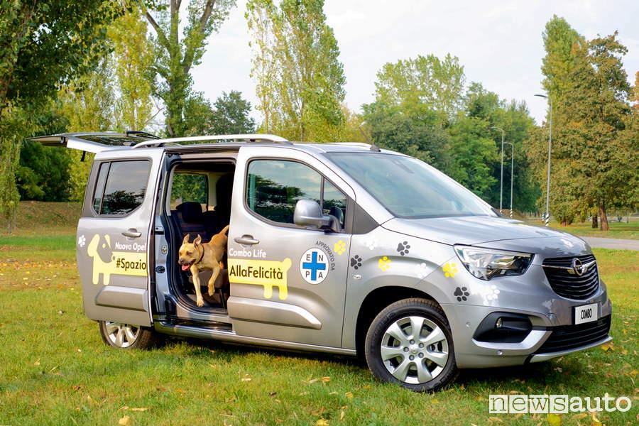 Il cane è agevolato nel salire e scendere se l'auto ha un accesso facilotato come la Opel Combo Life
