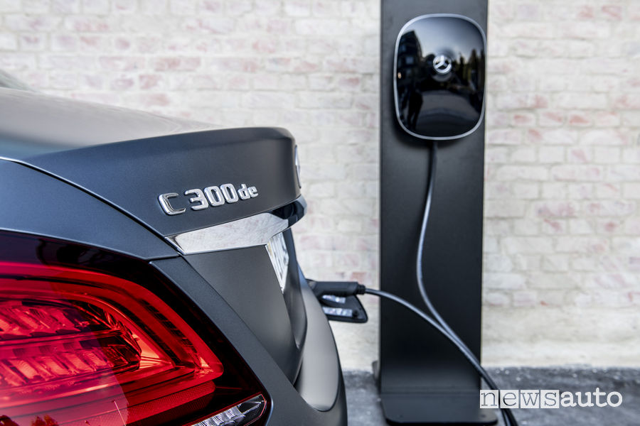 Mercedes-Benz C 300 de, ricarica wallbox. Le auto ibride e meno inquinanti godono del bollo agevolato nei primi anni