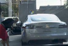 Ricarica Tesla, donna tenta di fare benzina