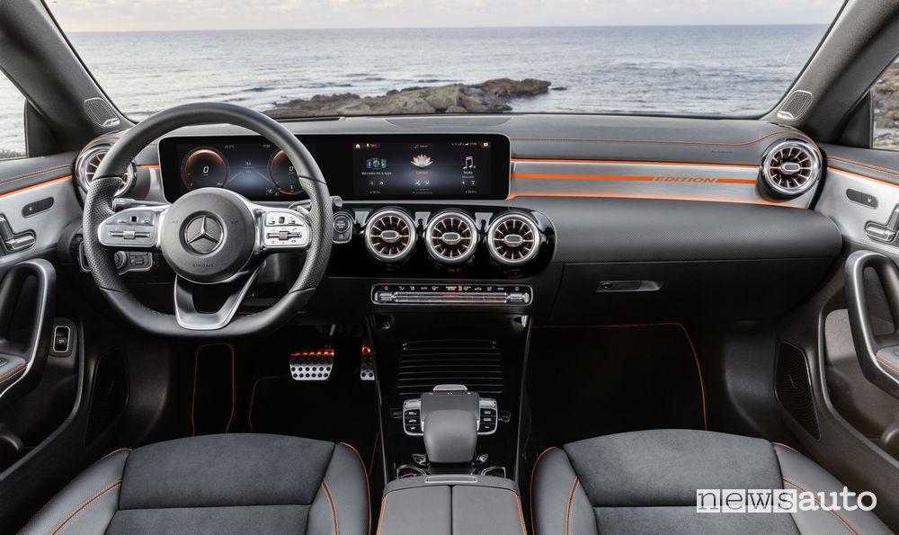 Mercedes-Benz CLA Edition Orange Art AMG Line, plancia strumenti