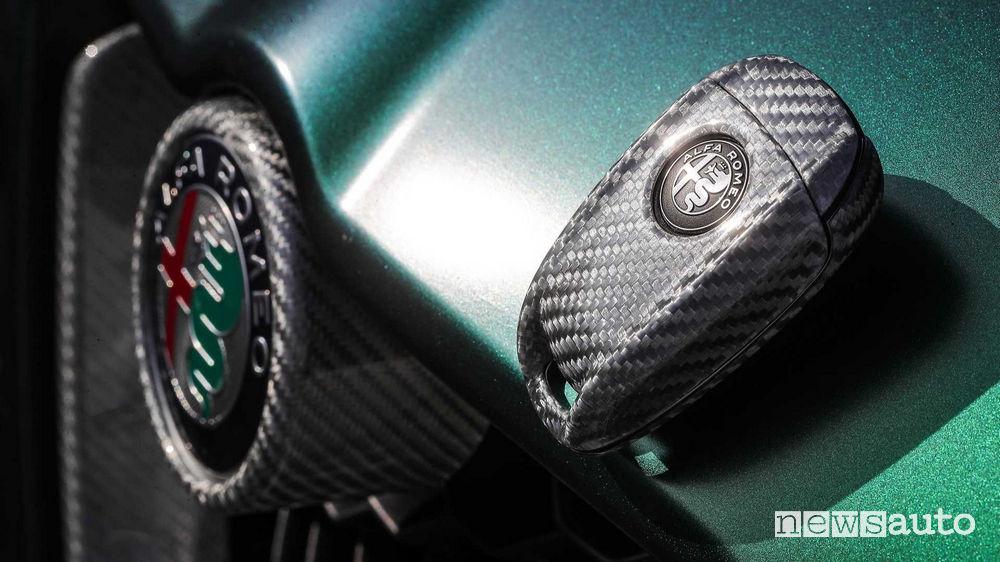Alfa Romeo Stelvio Romeo Ferraris, cover chiave in carbonio bianco