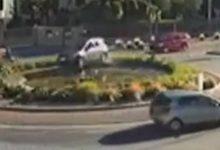 Photo of VIDEO Incidente spettacolare, con l'auto nella fontana