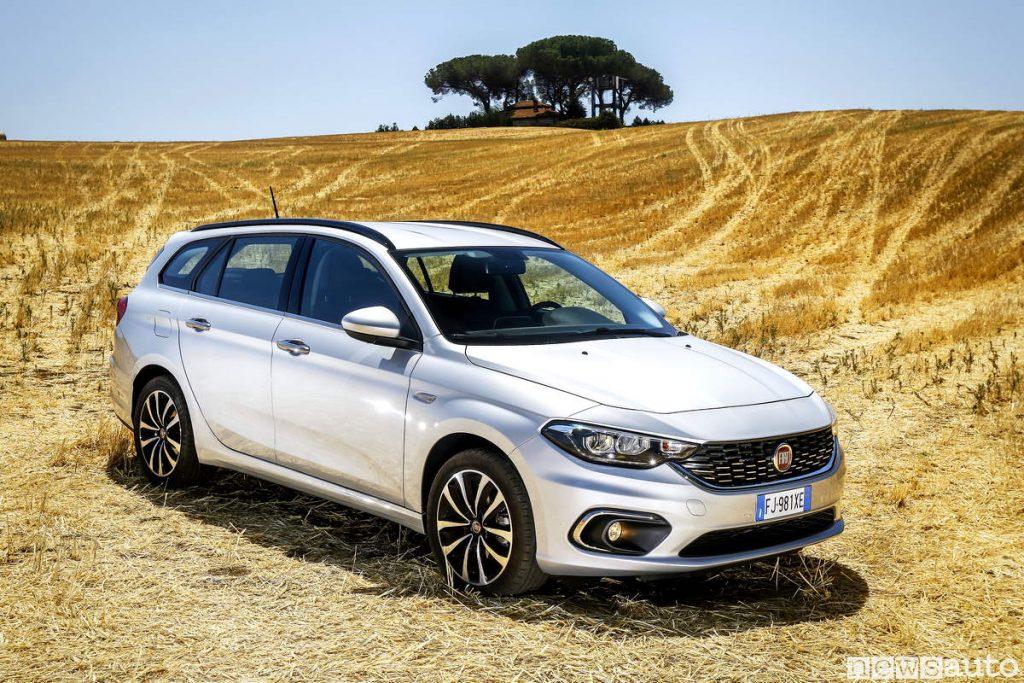 Fiat Tipo station wagon ritratta su un bel paesaggio, campo di grano