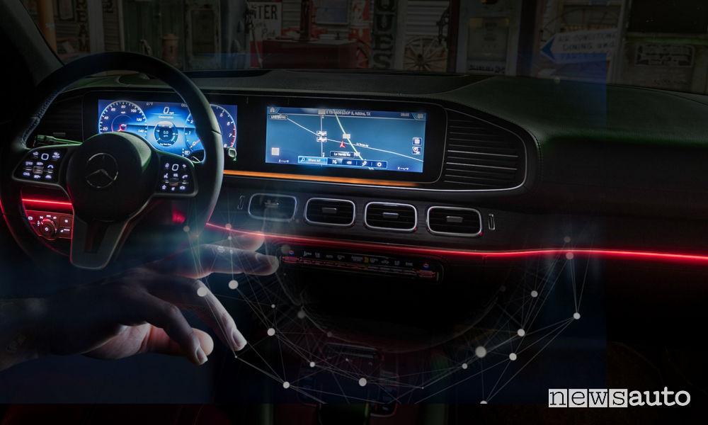 Mercedes MBUX comandi gestuali