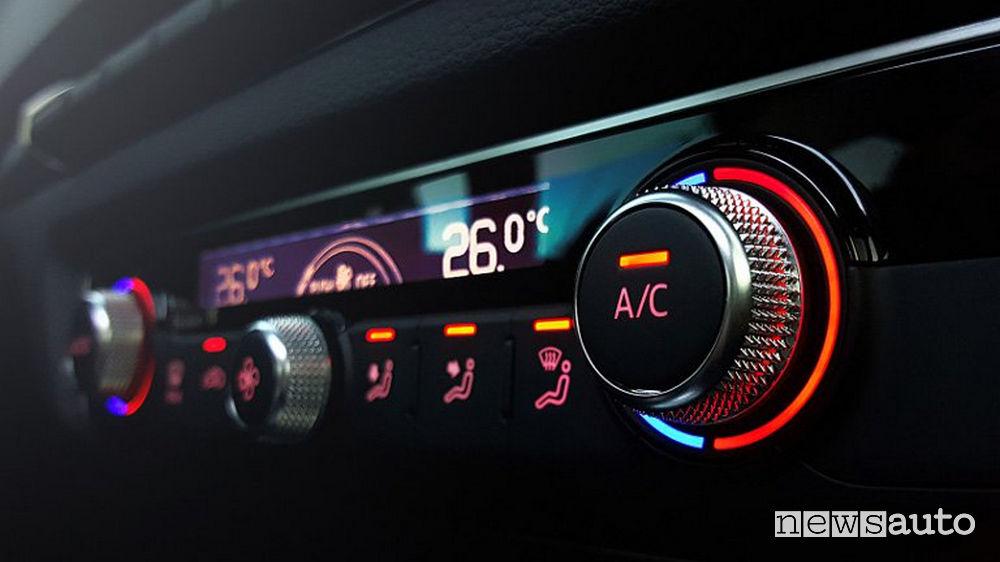 Appannamento vetri auto aria condizionata: comandi aria condizionata utile per snannare il parabrezza