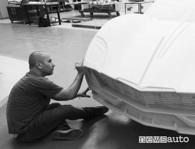 Il designer Aurelio Argentieri al lavoro su una modello dell'Evoluzione GT