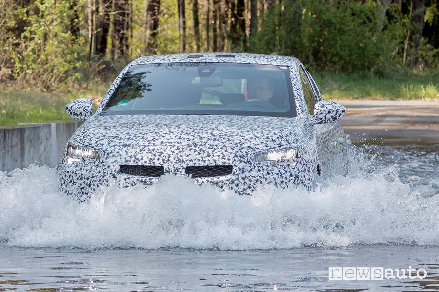 Nuova Opel Corsa test acqua alta nel centro di collaudo di Dudenhofen