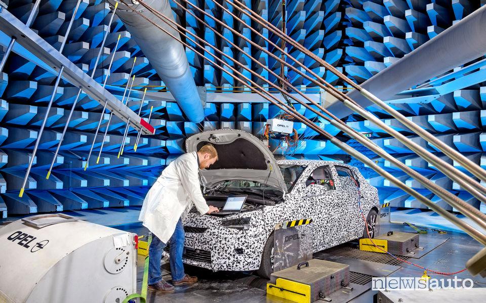 Nuova Opel Corsa elettrica test nel laboratorio EMV di Rüsselsheim