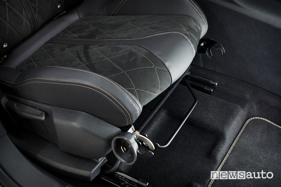 Fermo arma da fuoco su sedile Peugeot 3008 Guardia di Finanza