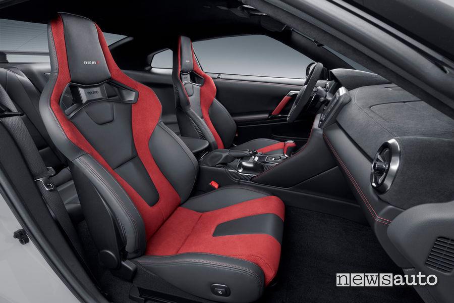 sedili Recaro rosso neri nell'abitacolo della Nissan gtr nismo 2020 con