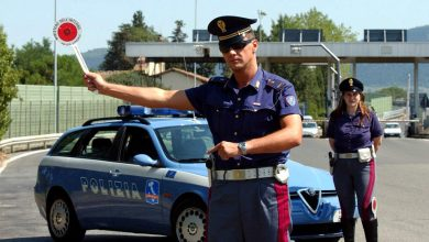Photo of Nessuna multa al conducente che mostra la polizza digitale sullo smartphone