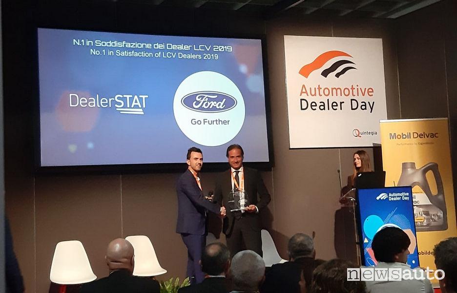 La consegna del premio ad Automotive Dealer Day. Da sinistra: Lorenzo Cecchi, ricercatore Quintegia e Marco Buraglio, direttore Veicoli commerciali Ford Italia