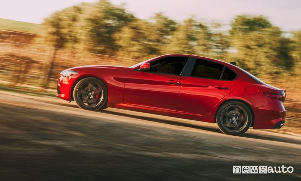 Alfa Romeo Giulia Sport-Tech vista laterale