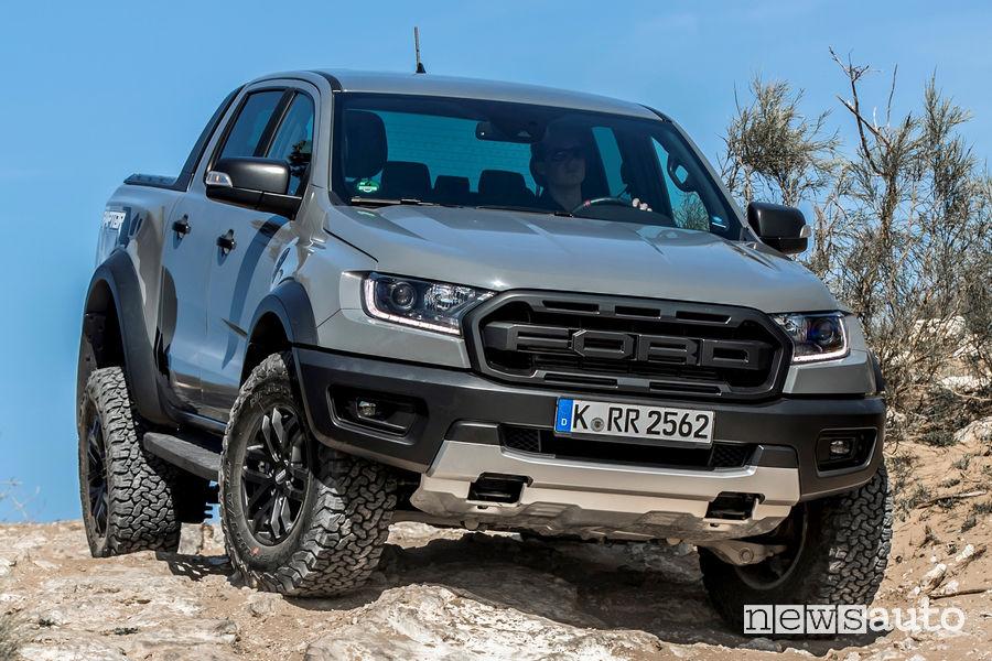 Vista di profilo Ford Ranger Raptor sulle rocce