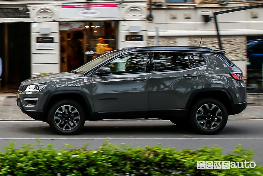 Jeep Compass Trailhawk vista laterale in movimento