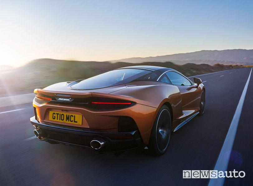 McLaren GT Gran Turismo vista posteriore in movimento