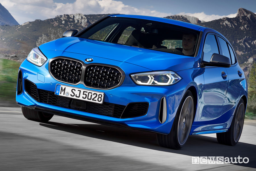 Nuova BMW Serie 1 M135i xDrive vista frontale in movimento