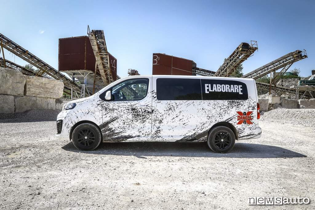 Un van da 9 posti: il Peugeot Traveller 4x4